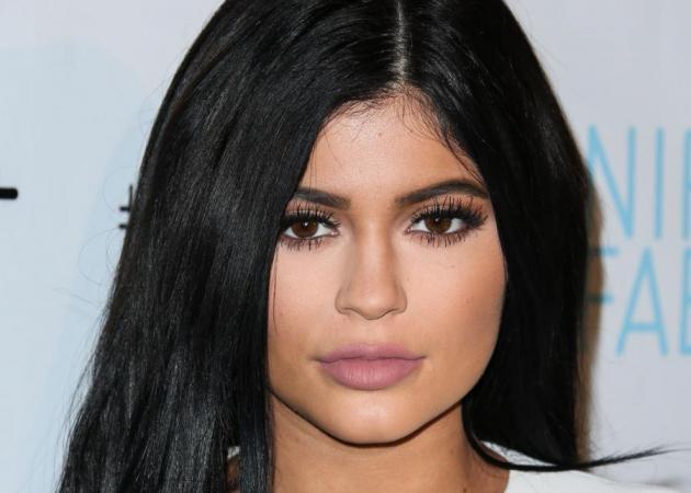 Η Kylie Jenner σχεδόν γυμνή για να διαφημίσει το νέο της κραγιόν! Τι χρώμα είναι!
