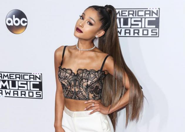 H Ariana Grande μας δείχνει έναν εντελώς διαφορετικό τρόπο να φορέσουμε scrunchie στα μαλλιά μας!