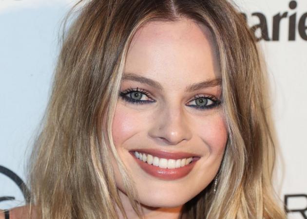 H Margot Robbie απλώνει το makeup της με… οδοντόβουρτσα!