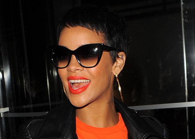 Η Rihanna μας δείχνει το πρωινό της πρόσωπο! Έχει μόλις ξυπνήσει! | tlife.gr