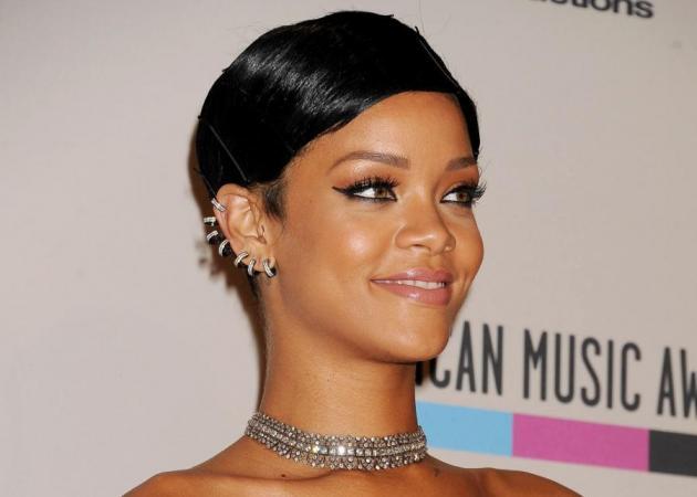 Πώς είναι τα πραγματικά μαλλιά της Rihanna χωρίς πιστολάκι και styling!