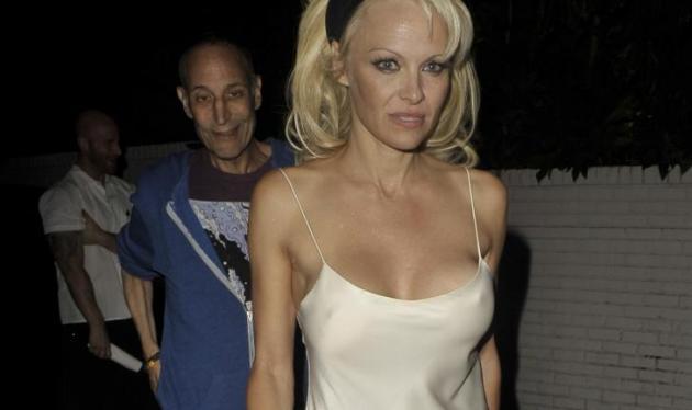 Οops! Η Pamela Anderson βγήκε βόλτα με το κομπινεζόν! Φωτογραφίες   tlife.gr