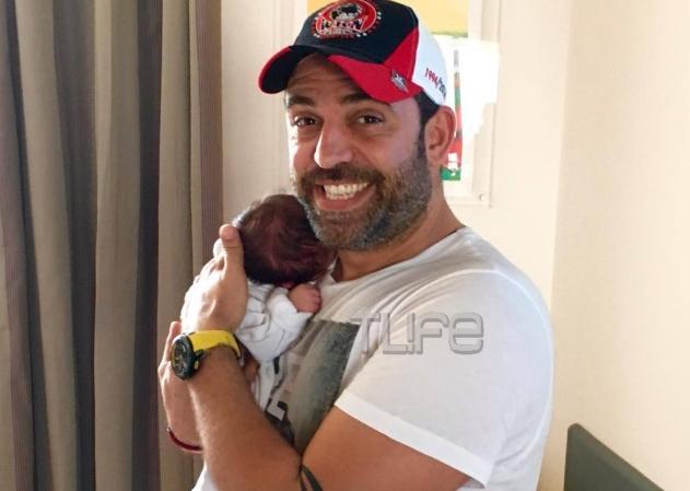 Στέφανος Κωνσταντινίδης: Βγήκαν απο το μαιευτήριο με τη σύζυγο και την κόρη του! Βίντεο | tlife.gr