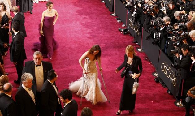 H Kristen Stewart περπάτησε με πατερίτσες το κόκκινο χαλί των Oscar! Φωτογραφίες | tlife.gr