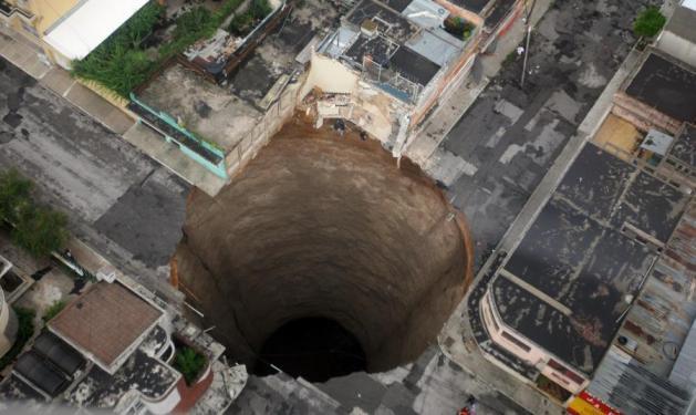 Τρύπα κατάπιε… 3όροφο κτήριο! | tlife.gr