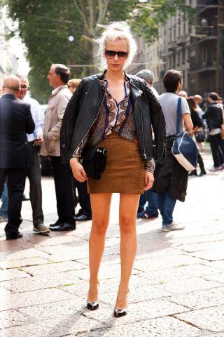 Mιλάνο, με σουέντ mini φούστα