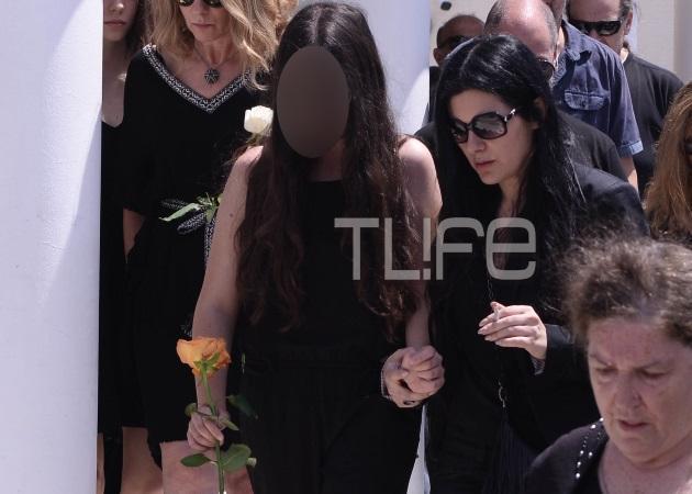 Σάννυ Μπαλτζή: Χέρι χέρι με την κόρη της αποχαιρέτησαν για πάντα τον Νίκο Τριανταφυλλίδη