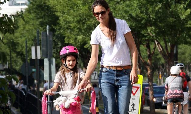 Η Suri Cruise και τα μαθήματα ποδηλασίας!   tlife.gr