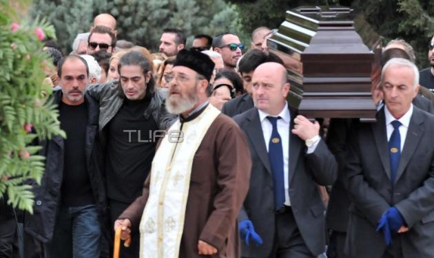 Συντετριμμένος ο Διονύσης Σχοινας στην κηδεία του αδελφού του