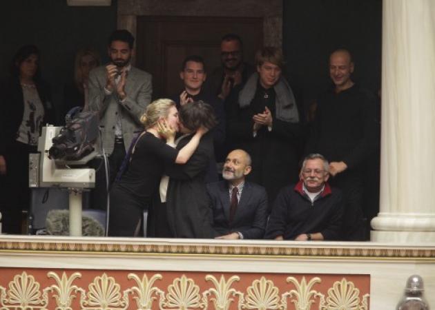 Σύμφωνο συμβίωσης: Με ένα φιλί πανηγύρισαν την ψήφισή του   tlife.gr