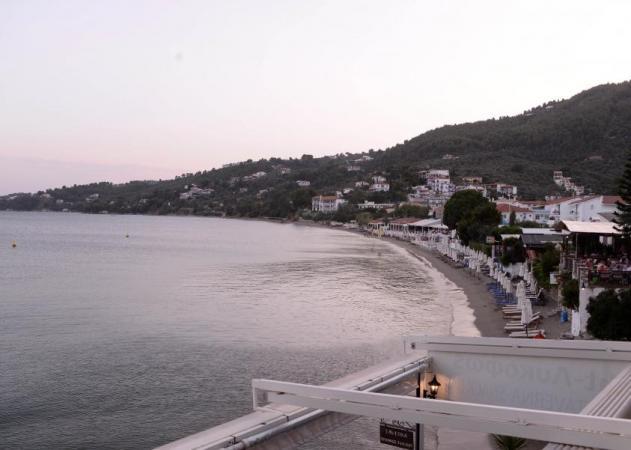 Διακοπές στη Σκιάθο; Η ψαροταβέρνα πάνω στη θάλασσα που συνδυάζει την γεύση με την απόλυτη θέα!