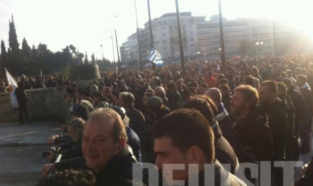 Χιλιάδες διαδηλωτές έξω από την Βουλή. Ένταση ξύλο και χημικά!