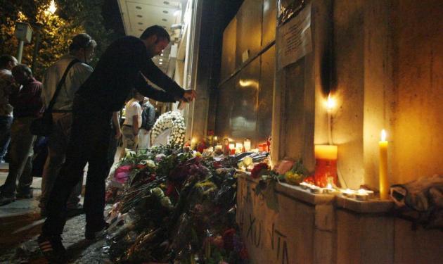 Κοπέλα μοίρασε τις μολότοφ που σκόρπισαν το θάνατο. | tlife.gr