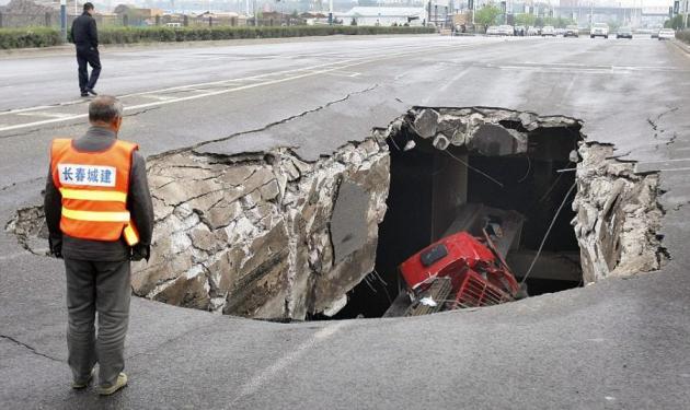 Απίστευτο! Φορτηγό εξαφανίστηκε μέσα σε τρύπα στο δρόμο | tlife.gr