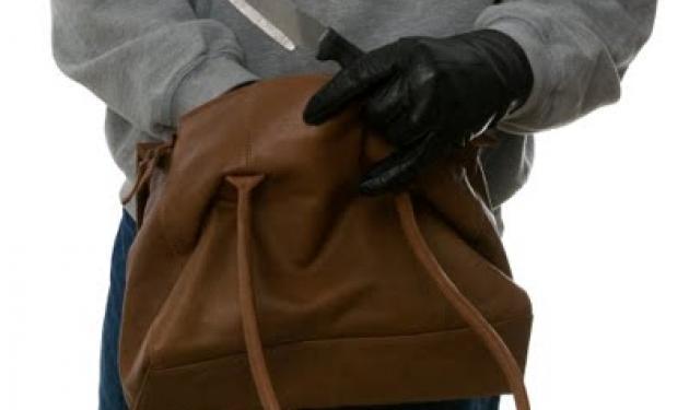 Της πήρε την τσάντα, αφού την τραυμάτισε! | tlife.gr