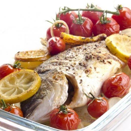 Tσιπούρα στο φούρνο με ντοματίνια | tlife.gr