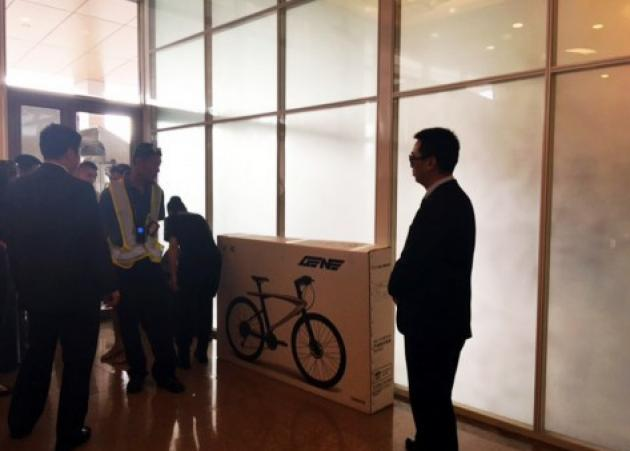 Αλέξης Τσίπρας: Τι έκανε τα… κινέζικα βάζα και το ποδήλατο;   tlife.gr