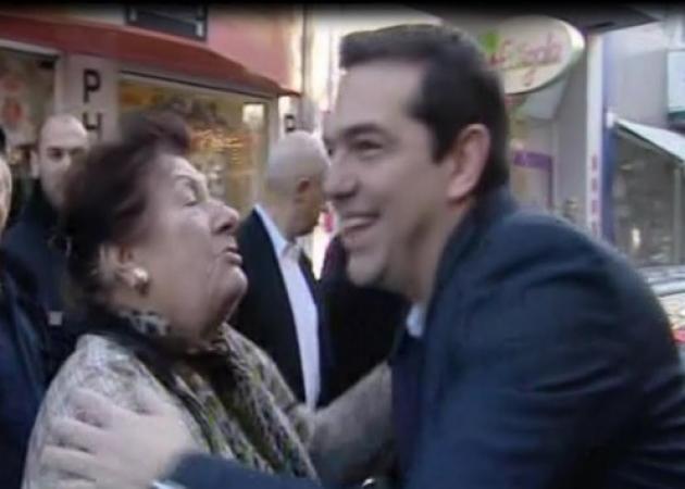 «Έλιωσε» στην αγκαλιά του Αλέξη Τσίπρα! «Αχ αγόρι μου γλυκό» | tlife.gr