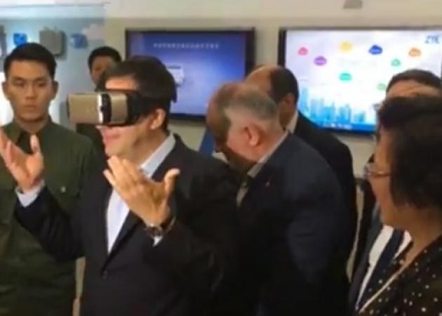 Τι φαντάζεσαι ότι έβλεπε ο Αλέξης Τσίπρας με τα γυαλιά εικονικής πραγματικότητας; | tlife.gr