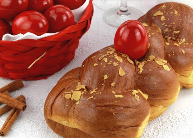Πασχαλινά τσουρέκια-κουλούρια: Μοσχομυριστές συνταγές για το τραπέζι σου!
