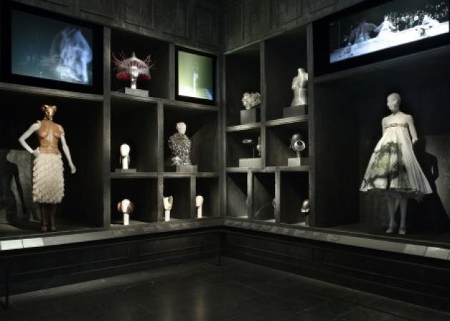 Αγρυπνία στη έκθεση του Alexander McQueen | tlife.gr