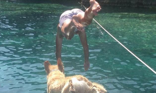 Ποιος γνωστός Έλληνας πολιτικός κάνει βουτιές με το σκύλο του;