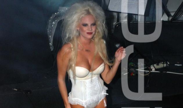 H Tζούλια κάνει strip show και η μητέρα της παρακολουθεί. Τι λέει στο TLIFE;   tlife.gr