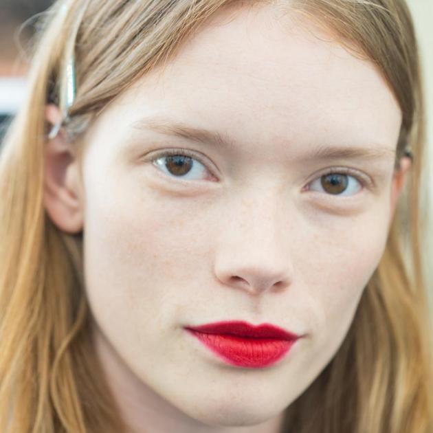 Τι να κάνεις αν σου αρέσει το κόκκινο κραγιόν αλλά διστάζεις να το φορέσεις!