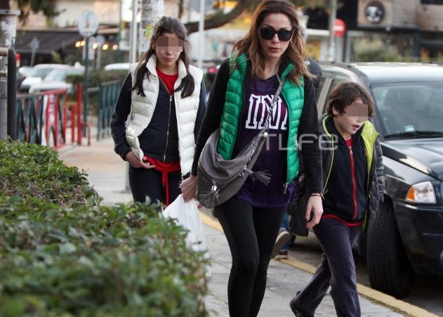 Δέσποινα Βανδή: Βόλτες με τα παιδιά της στα νότια προάστια!   tlife.gr