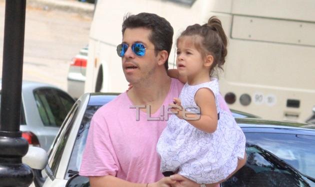 Χάρης Βαρθακούρης: Αγκαλιά με την μικρή του κόρη, στη βάφτιση του ανιψιού του! Φωτογραφίες | tlife.gr