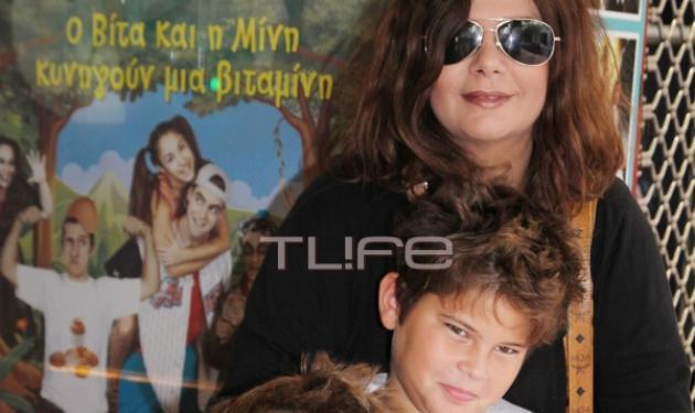 Β. Παναγοπούλου: Σπάνια εμφάνιση με τους γιους της στο θέατρο! | tlife.gr