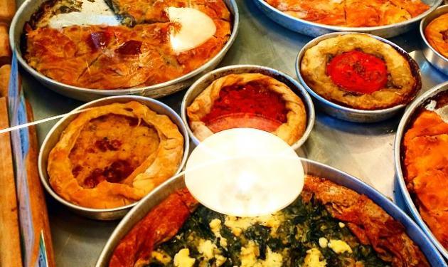 Ποιος Έλληνας ηθοποιός που βρίσκεται στο εξωτερικό είναι έτοιμος να φάει όλες αυτές τις πίτες; | tlife.gr