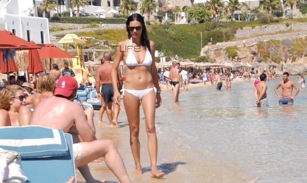 Ε. Βατίδου: Σέξυ εμφάνιση με μαγιό στην παραλία! Φωτογραφίες