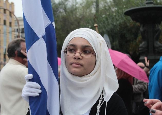 Βέφα Αλεξιάδου για τη σημαιοφόρο με τη μαντήλα: «Πολέμησαν κι οι παππούδες της;» | tlife.gr