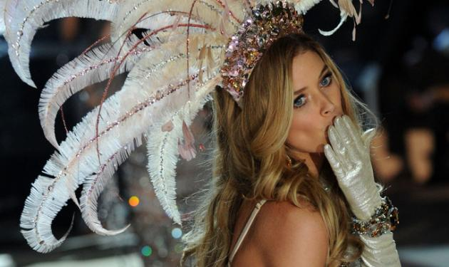 Δες το μοντέλο της Victoria Secret να θηλάζει το μωρό της!   tlife.gr