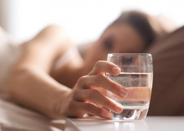 Γιατί να ΜΗΝ πίνεις νερό από το ποτήρι που έχεις δίπλα σου τη νύχτα | tlife.gr