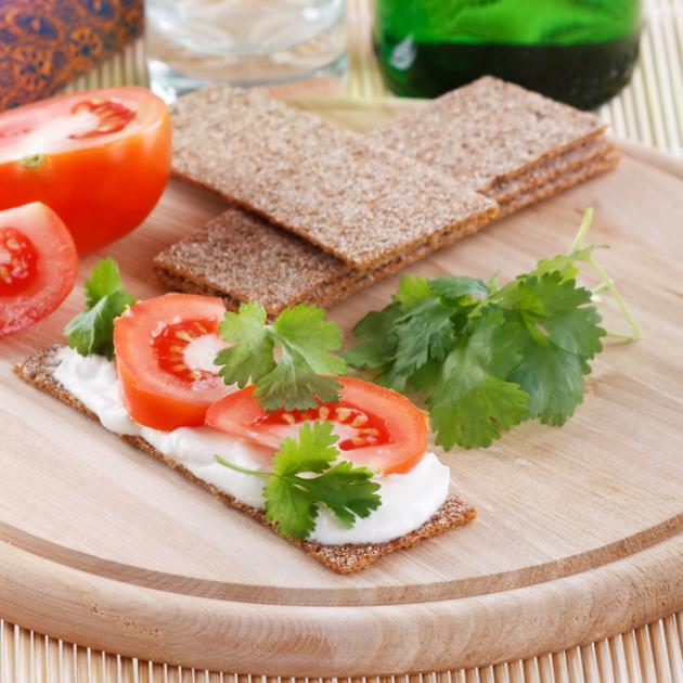 Κράκερ ολικής με spread γιαουρτιού και τοματίνια