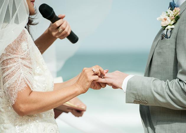 Πάτρα: Η νύφη πήρε το μικρόφωνο στη γαμήλια δεξίωση και το γλέντι άναψε για τα καλά   tlife.gr