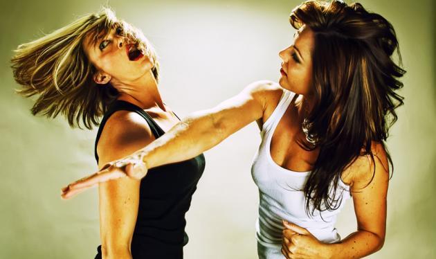 Πάτρα: Σύζυγος εντόπισε την ερωμένη του άντρα της και της ζήτησε να τον χωρίσει   tlife.gr