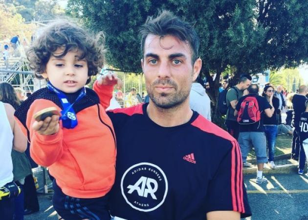 Μανώλης Χανταμπάκης: Ο γιος του Στέλιου Χανταμπάκη στολίζει το δέντρο με την έγκυο μαμά του! | tlife.gr