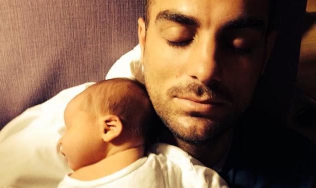 Στέλιος Χανταμπάκης: Οι πρώτες φωτογραφίες με το μωρό του! | tlife.gr