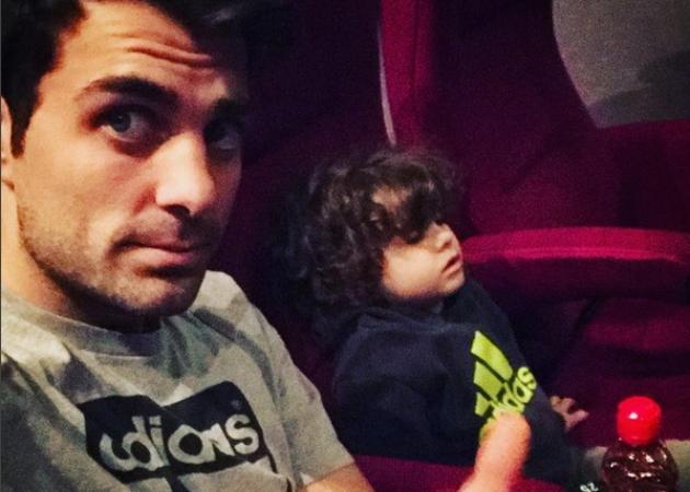 Στέλιος Χανταμπάκης: Έμεινε με τα δυο μωρά στο σπίτι και προσπάθησε να τα ταΐσει ταυτόχρονα! [vid] | tlife.gr