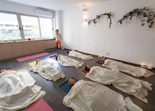 Yoga Therapy: Ήξερες ότι η yoga έχει θεραπευτικές ιδιότητες; Μάθε ποιες