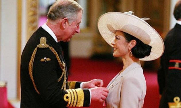 Ο πρίγκιπας Κάρολος βράβευσε την Catherine Zeta Jones! | tlife.gr