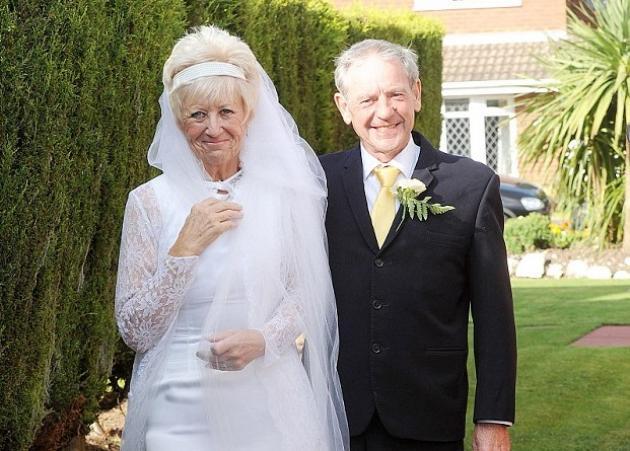 Νύφη και γαμπρός γιόρτασαν 50 χρόνια γάμου φορώντας το ίδιο νυφικό και το ίδιο κοστούμι!   tlife.gr