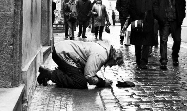 H θλιβερή πραγματικότητα: Το 23% των Ελλήνων είναι φτωχοί.   tlife.gr