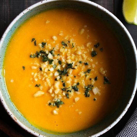 Σούπα με γλυκοπατάτα, μακαντέμια και τζίντζερ | tlife.gr