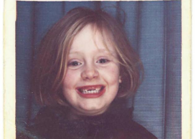 Το κοριτσάκι της φωτογραφίας, είναι διάσημη τραγουδίστρια και… δεν άλλαξε καθόλου!