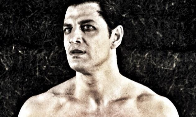Σάκης Ρουβάς: Μας δείχνει πώς περνάει με τον θίασο των Βακχών! | tlife.gr