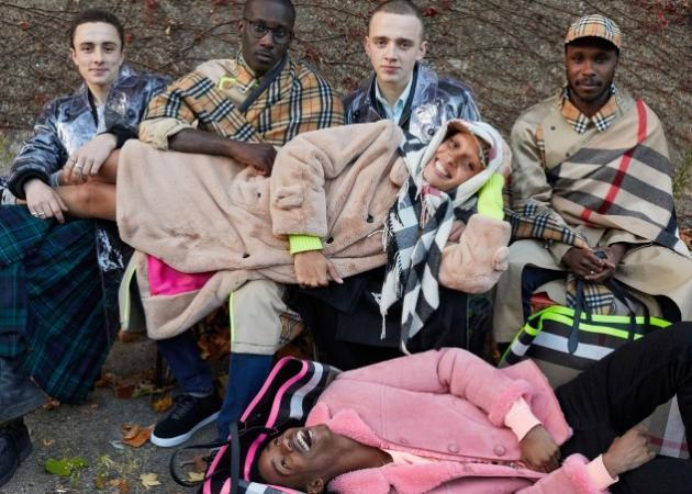 Adwoa Aboah: Το μοντέλο της χρονιάς ποζάρει για τον Burberry